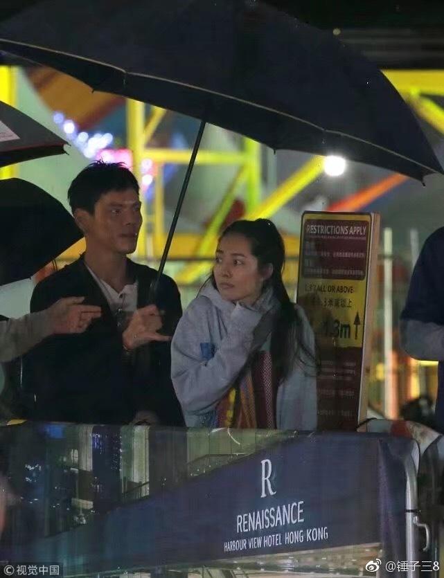 郭碧婷向佐游乐场约会狂撒糖 雨夜同撑一把伞