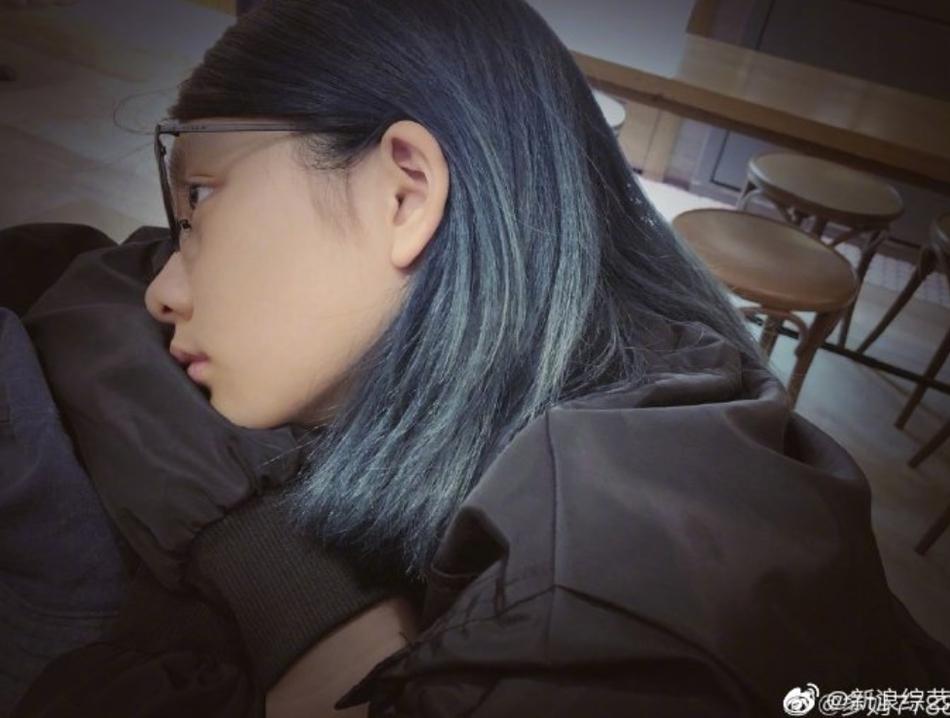组图:黄磊大女儿多多近照曝光 解锁蓝黑新发色时尚大胆