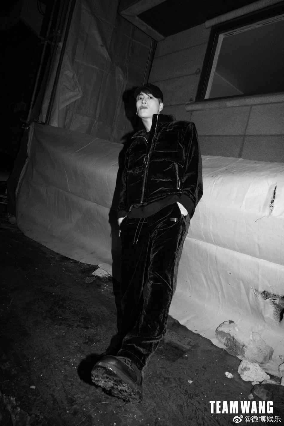 组图:王嘉尔雪地黑白大片释出 黑丝绒套装搭配多种帽子时尚个性
