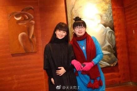 杨丽梅是著名舞蹈艺术家杨丽萍的妹妹,也是小彩旗的母亲.在《