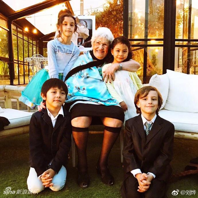 高清套图:诺一霓娜给100岁的姥姥庆生 一家颜值都好高