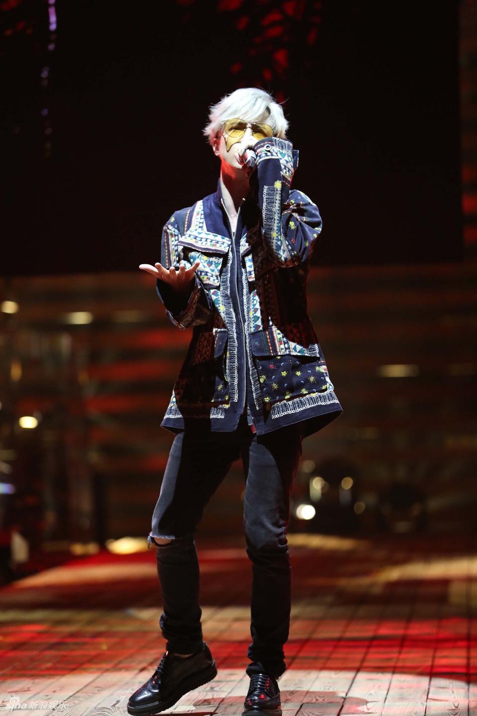 本周《金曲捞》薛之谦回归并献唱自己的新歌《动物世界》,一头灰发配