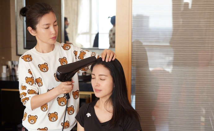 组图:李冰冰给妹妹化妆全神贯注 化妆吹造型摄影技能十分专业