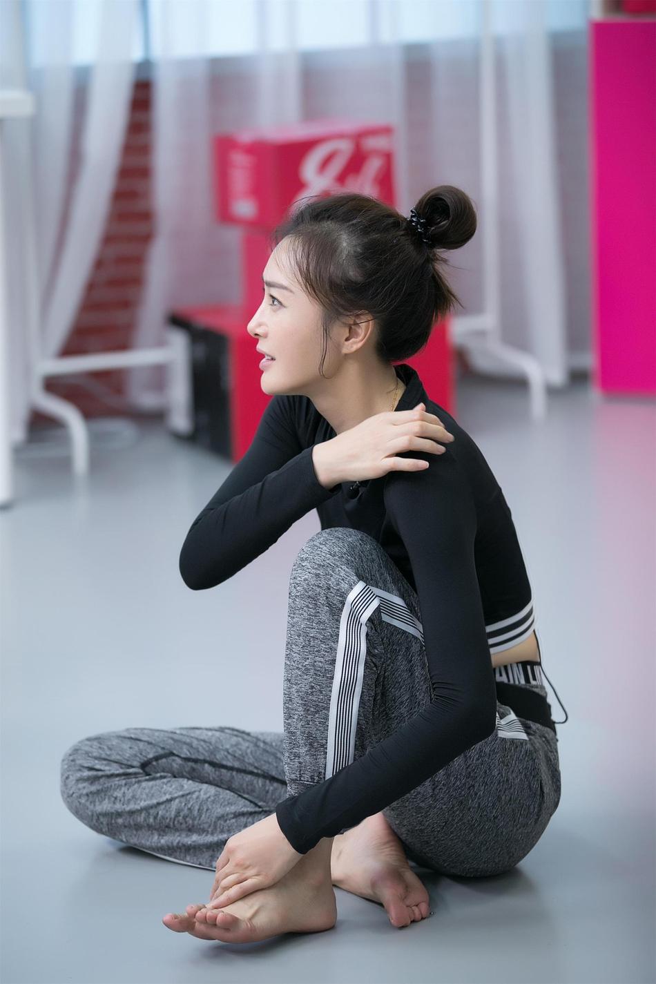 秦岚湿发专注练舞侧颜清秀 露脐运动装显蛮腰身材超纤细