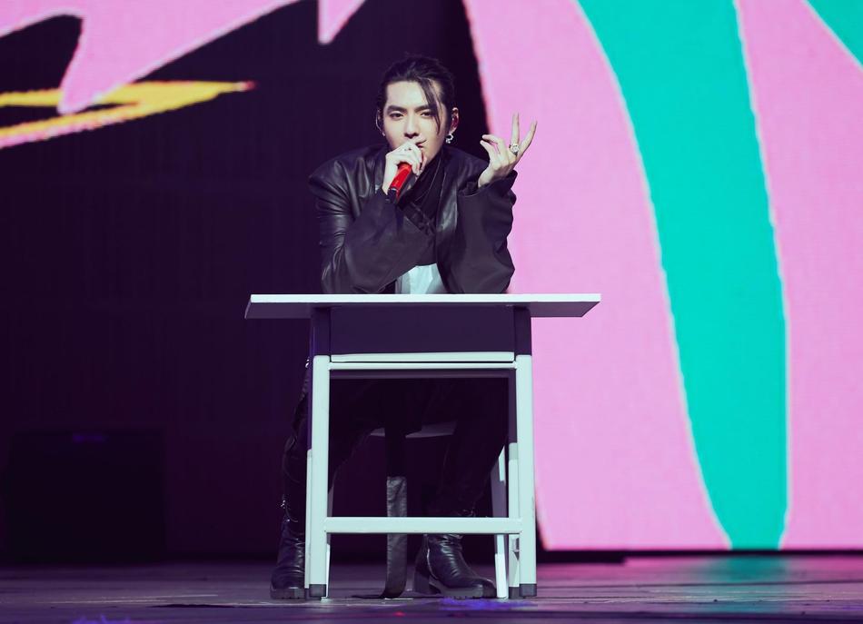 组图:吴亦凡演唱会解锁百变造型 长发红衣时尚个性西装帅气