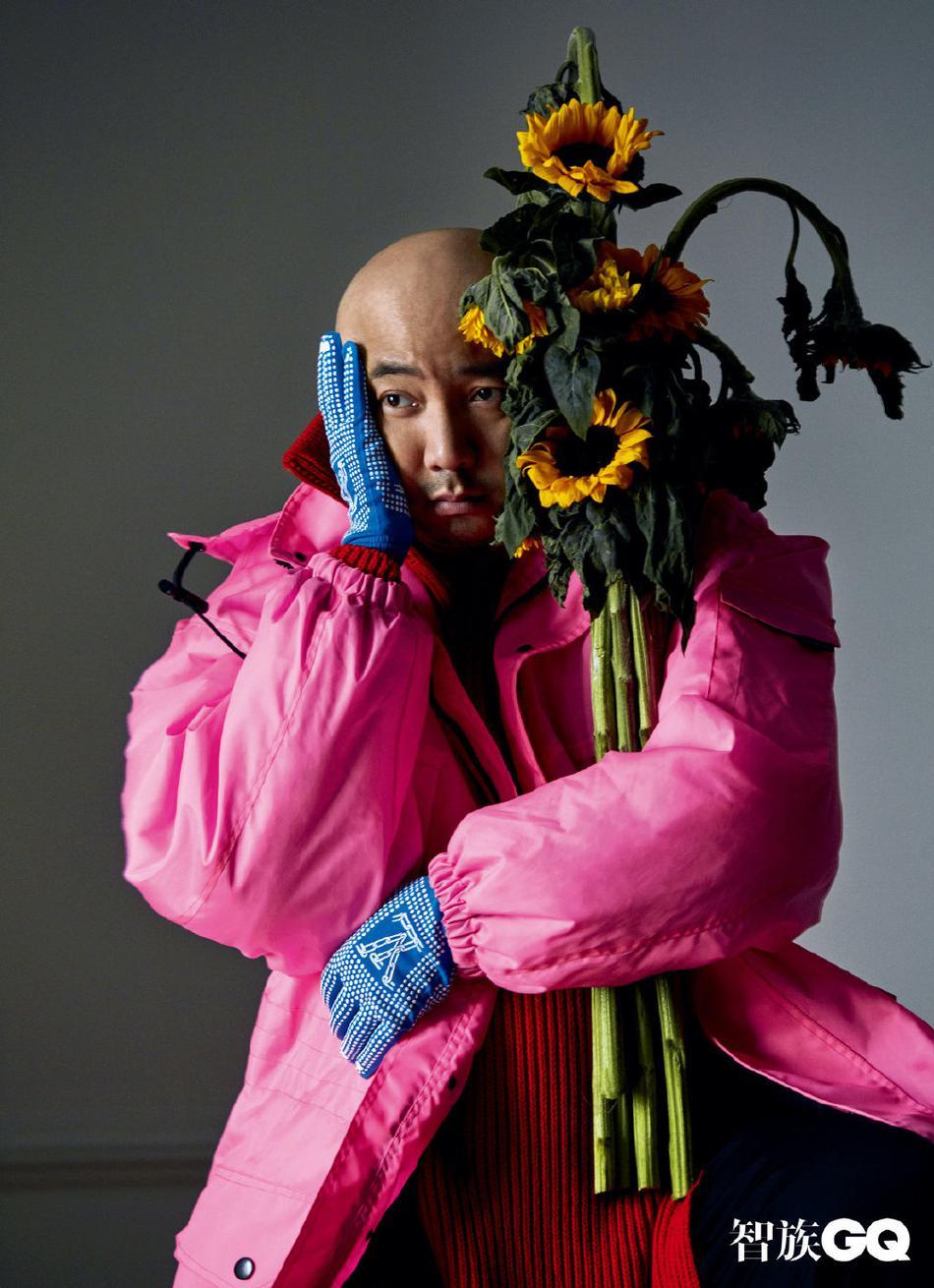 组图:徐峥杂志大片曝光 穿粉夹克手拿向日葵表情呆萌可爱