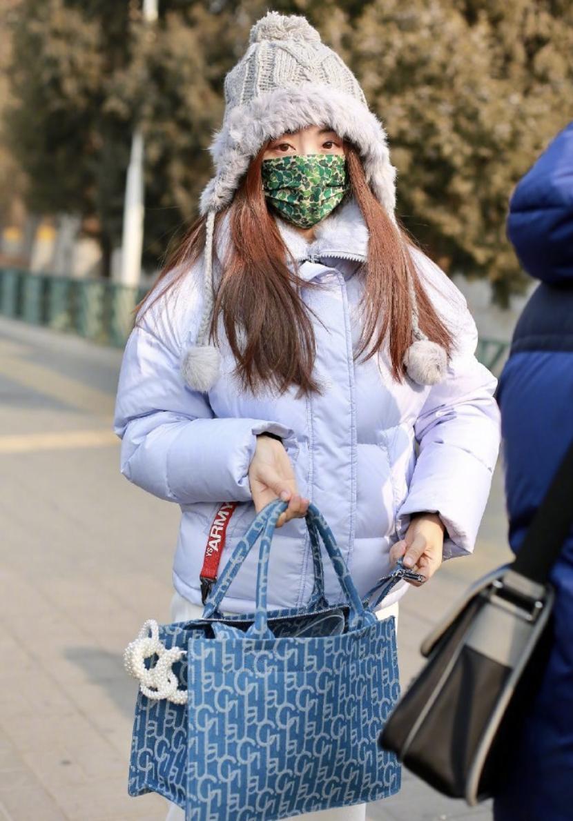 张咸云 中央电视台春晚语言节目排练 戴着毛帽子 精神抖擞
