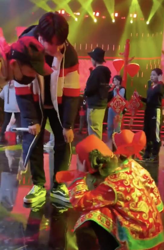 刘耀文录节目与儿童互动 俯下身 亲切可爱