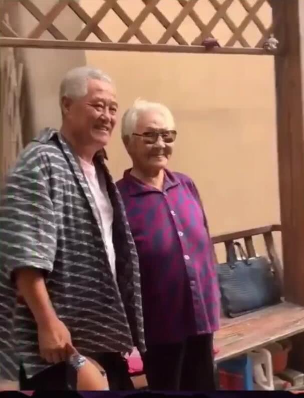 组图:62岁赵本山头发全白发际线变高 与奶奶粉丝合影面露慈祥