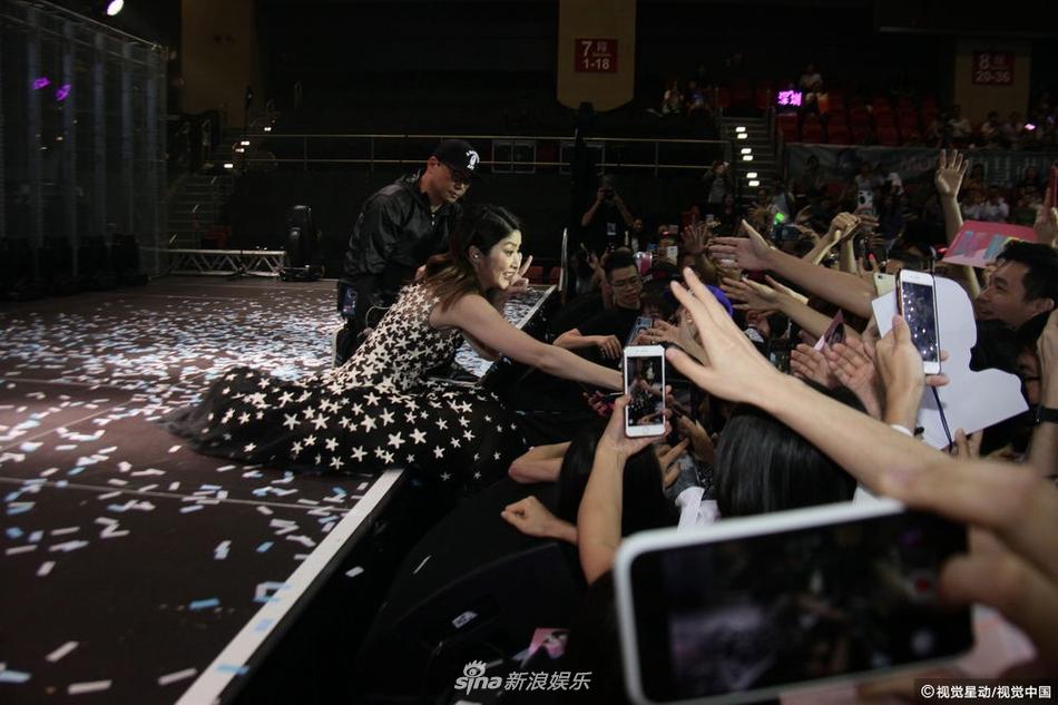 陈慧琳与粉丝握手不慎跌坐舞台 曝邀儿子们看演唱会遭拒绝