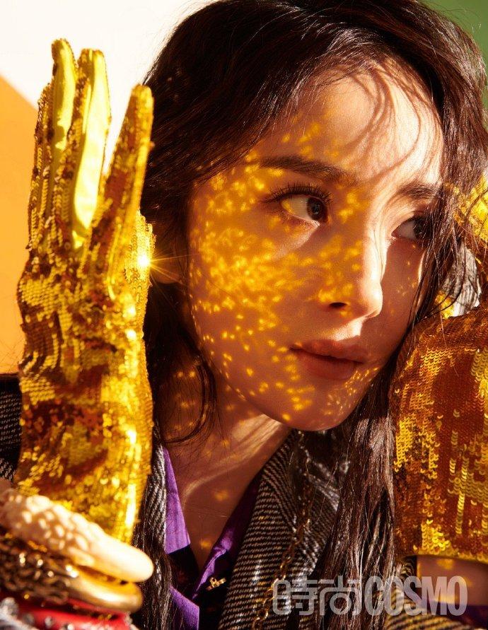 组图:杨幂复古童趣写真金手套个性十足 湿发造型眼神表现力强