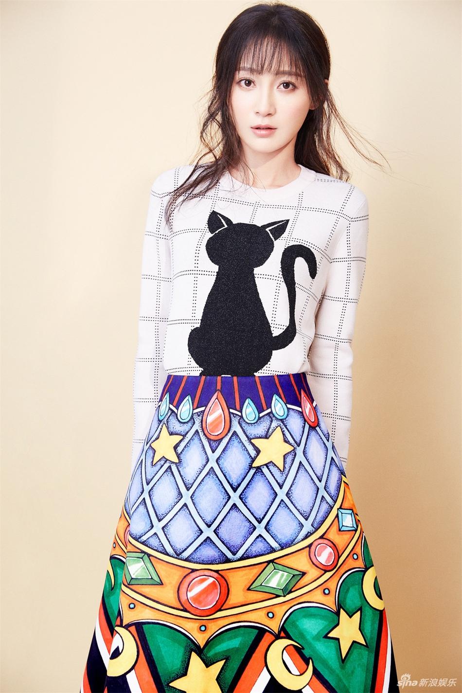 抽象画般的彩色油墨几何印花A字裙,搭配简约可爱的白色上衣,散发