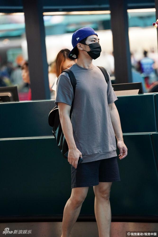 高清套图:乖巧的少年!炎亚纶T恤短裤装扮阳光帅气