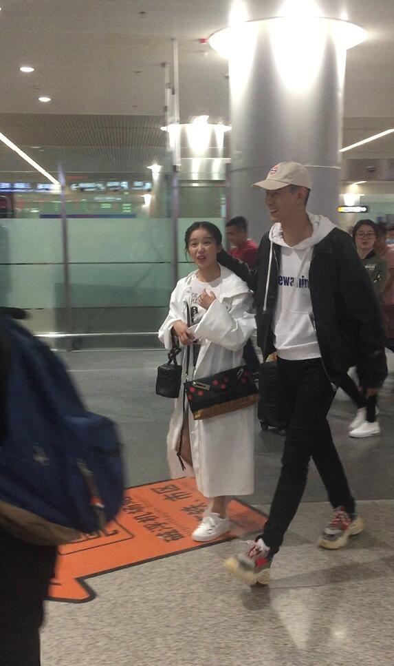 """近日,""""情侣档""""阚清子和纪凌尘现身机场,最萌身高差十分抢镜,"""