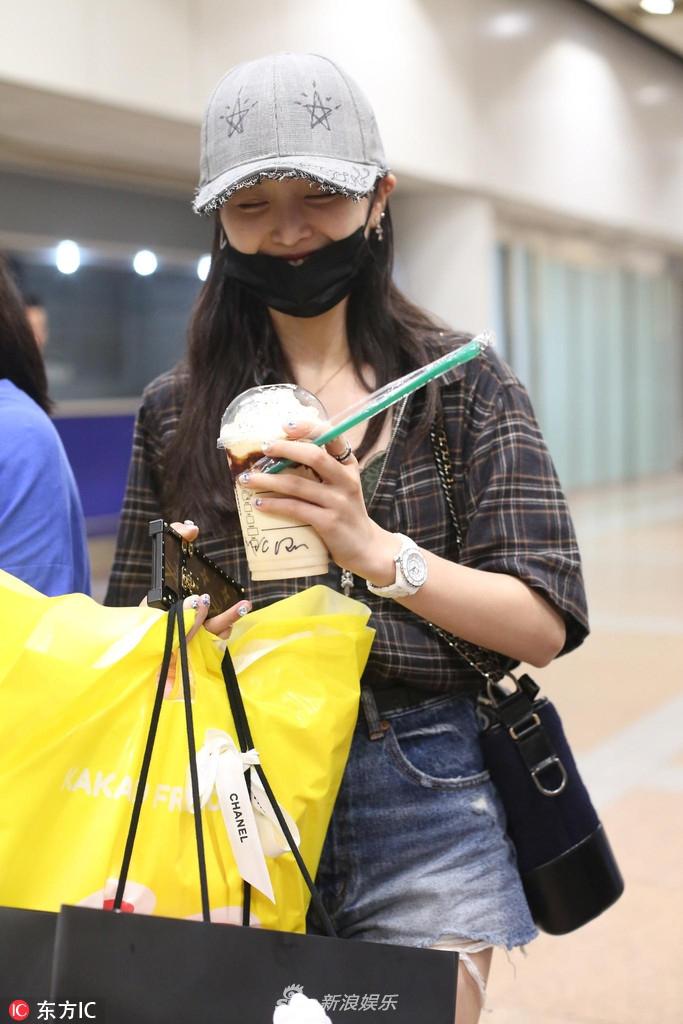 吴宣仪机场手拿大杯星冰乐无惧卡路里 向粉丝比心超会撩