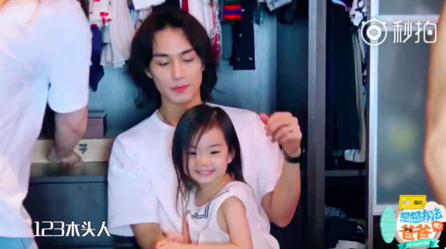 李承铉与女儿玩木头人游戏 lucky举手投足超像戚薇