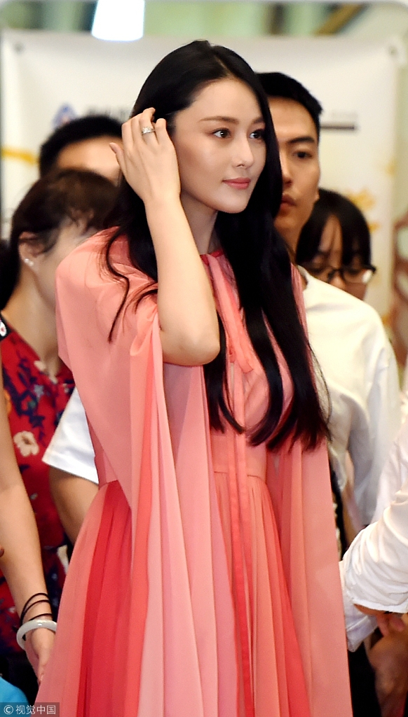 张馨予婚后首现身钻戒醒目 身穿粉裙妩媚撩发女人味足