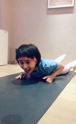 王子文再晒高难度蝎子式瑜伽动作 双脚踩头柔韧性惊人