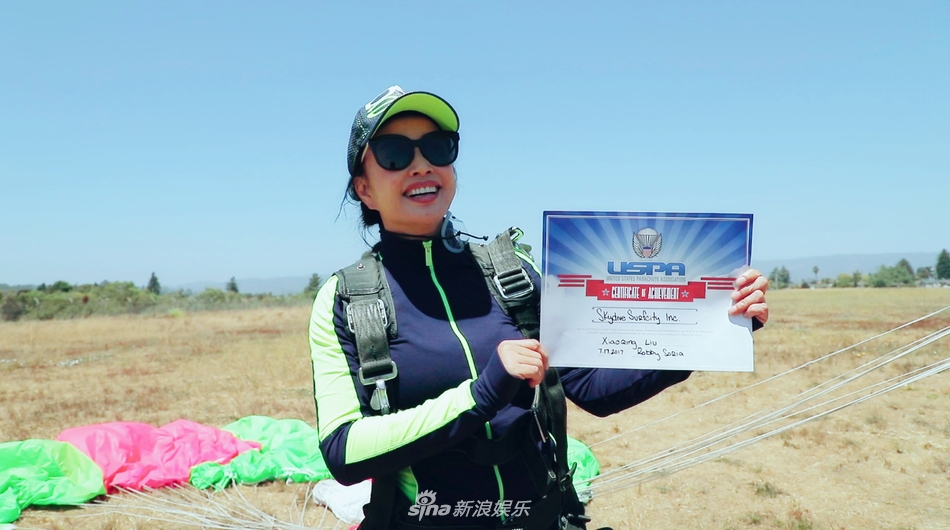 组图:61岁刘晓庆挑战高龄跳伞 生死状签得小心翼翼