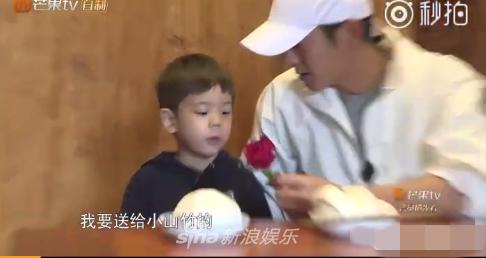 嗯哼送花给小山竹表示感谢 说出的话却让杜江哭笑不得……
