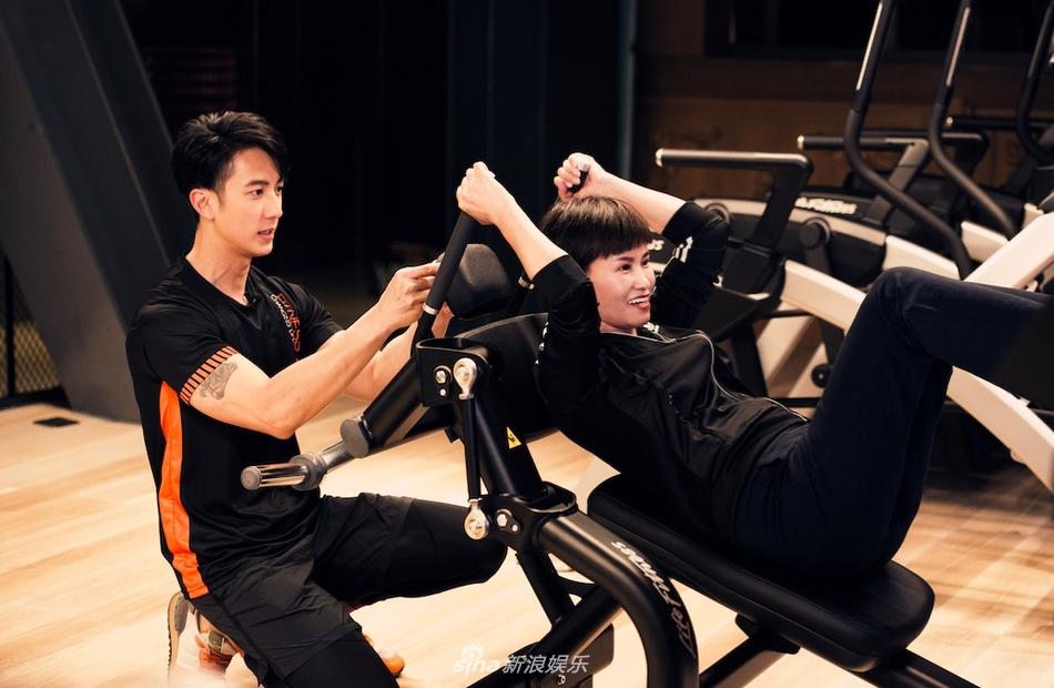 吴尊录节目大秀好身材 实力展示健身技能超帅气
