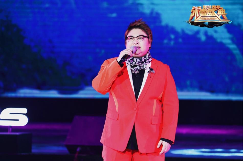 组图 王力宏穿蓝色亮片风衣亮相北京跨年 深情弹唱王子范十足