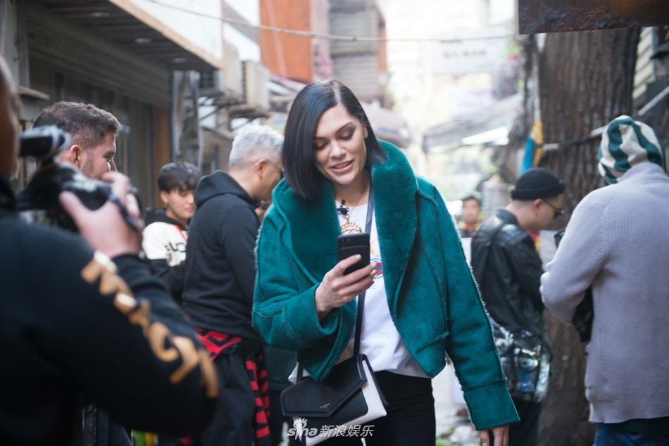 <br/>  今日,一组Jessie J路透照曝光,照片中,结石姐在太平街开启&amp;ldquo;逛逛逛&amp;rdquo;模式,戴着一副时尚墨镜健步如飞,出没于各个景点,还一路&amp;ldquo;咔咔&amp;rdquo;拍起了游客照。<br/>