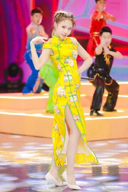 <br/>  近日,鬼鬼吴映洁在微博放出一组录制《快乐大本营》时的剧照,照片中鬼鬼穿着明黄色旗袍现场唱跳,大秀美腿与好身材。