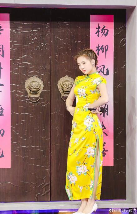 <br/>  近日,鬼鬼吴映洁在微博放出一组录制《快乐大本营》时的剧照,照片中鬼鬼穿着明黄色旗袍现场唱跳,大秀美腿与好身材。<br/>