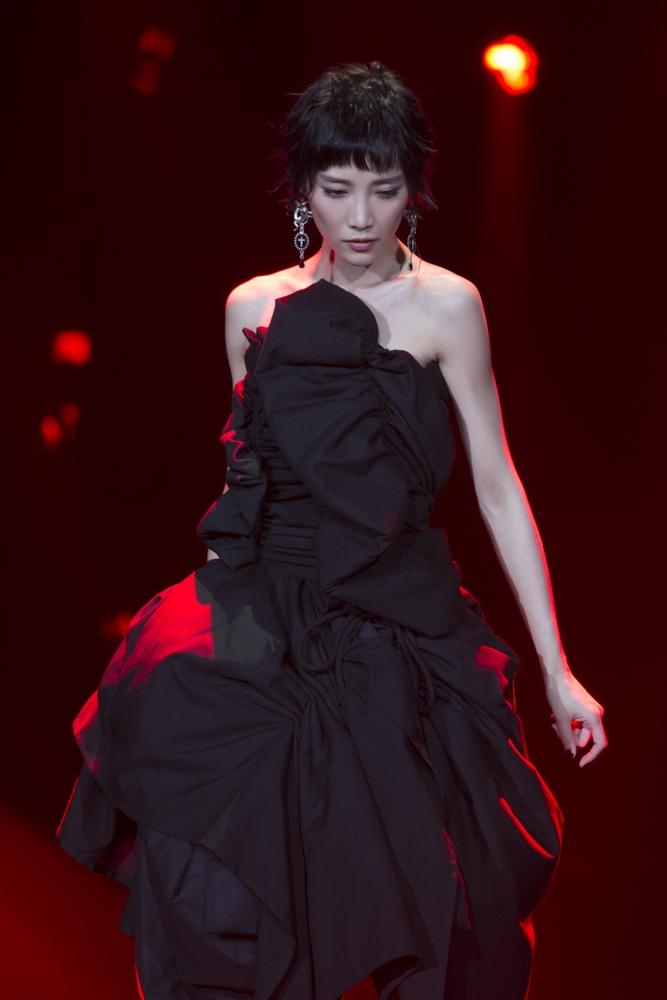 <br/>  近日,《歌手》2018完成了第二期的录制,苏诗丁作为首位踢馆歌手亮相,此次,她带来了一首王菲的经典曲目《再见萤火虫》。竞演当晚,压轴登台的苏诗丁身着一袭黑色抹胸露肩蓬蓬连衣裙,头顶干练短发,尽显俏皮,以自己独特的嗓音完美演绎了这首神秘、富有张力的歌曲。<br/>
