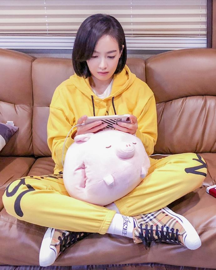宋茜色情小�_组图:游戏少女上线!宋茜穿黄色运动套装玩吃鸡 表情搞怪超认真
