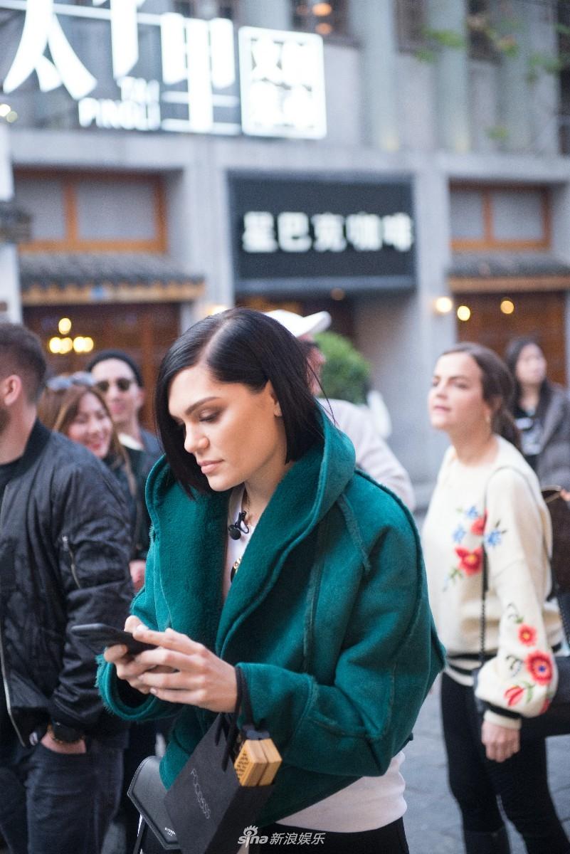 <br/>  今日,一组Jessie J路透照曝光,照片中,结石姐在太平街开启&amp;ldquo;逛逛逛&amp;rdquo;模式,戴着一副时尚墨镜健步如飞,出没于各个景点,还一路&amp;ldquo;咔咔&amp;rdquo;拍起了游客照。