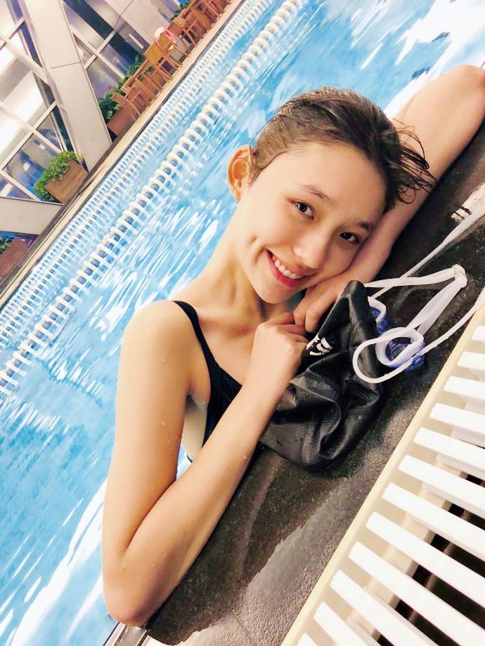 """""""美人鱼""""林允素颜出镜泳池嬉戏 调侃天气热要回水里"""