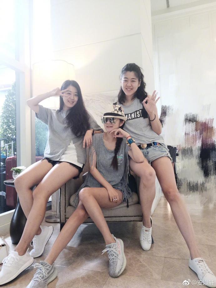 安以轩与家人游泰国晒合照 三姐妹穿热裤美腿性感撩人