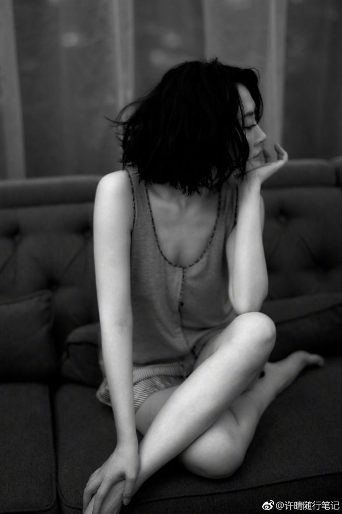 许晴穿吊带上衣微露香沟 姿态妖娆一颦一笑妩媚动人