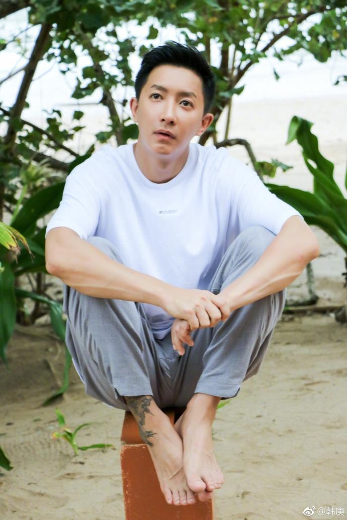 韩庚打扮休闲盘腿坐凳子 表情放松遭侃变成老干部