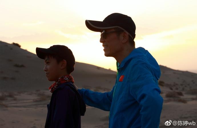 陈婷与小儿子探班张艺谋 一家三口沙漠中合影温馨甜蜜