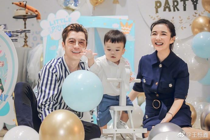 王栎鑫为儿子办抓周礼 一家四口笑容灿烂超温馨