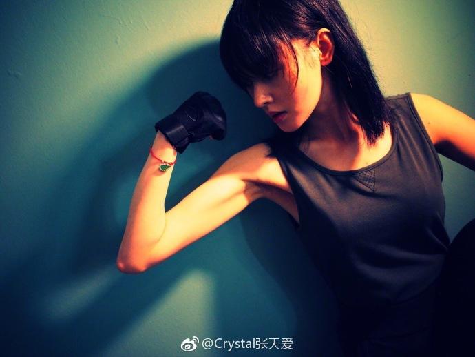 张天爱健身帅气秀肌肉 撑地倒立长腿抢镜纤腰明显