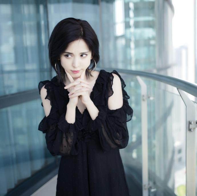 娜扎穿黑色纱裙露性感美背 双手托腮卖萌上演歪头杀