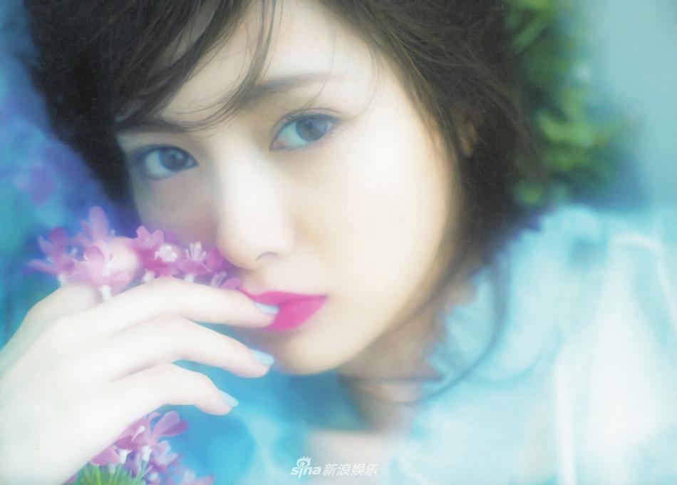 白石麻衣拍写真展极致魅惑 花环加冕如坠梦境