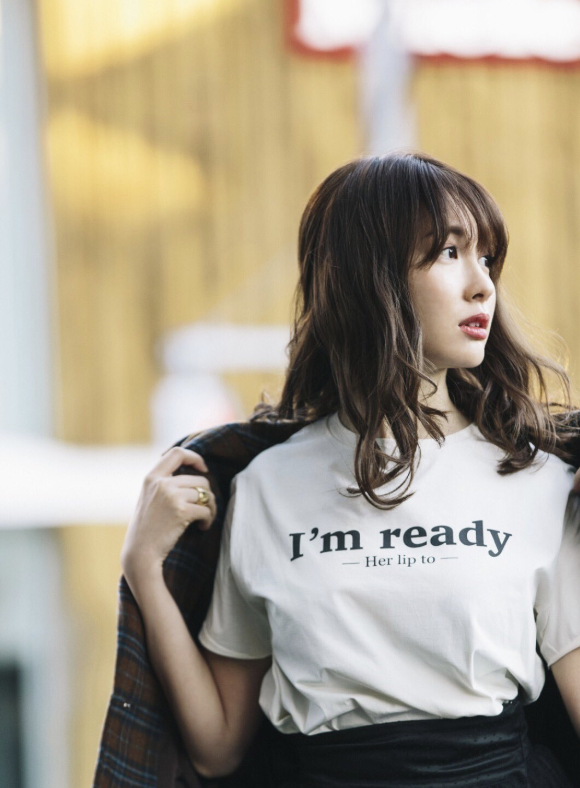 小嶋阳菜化身最美老板娘 宣传店铺不遗余力