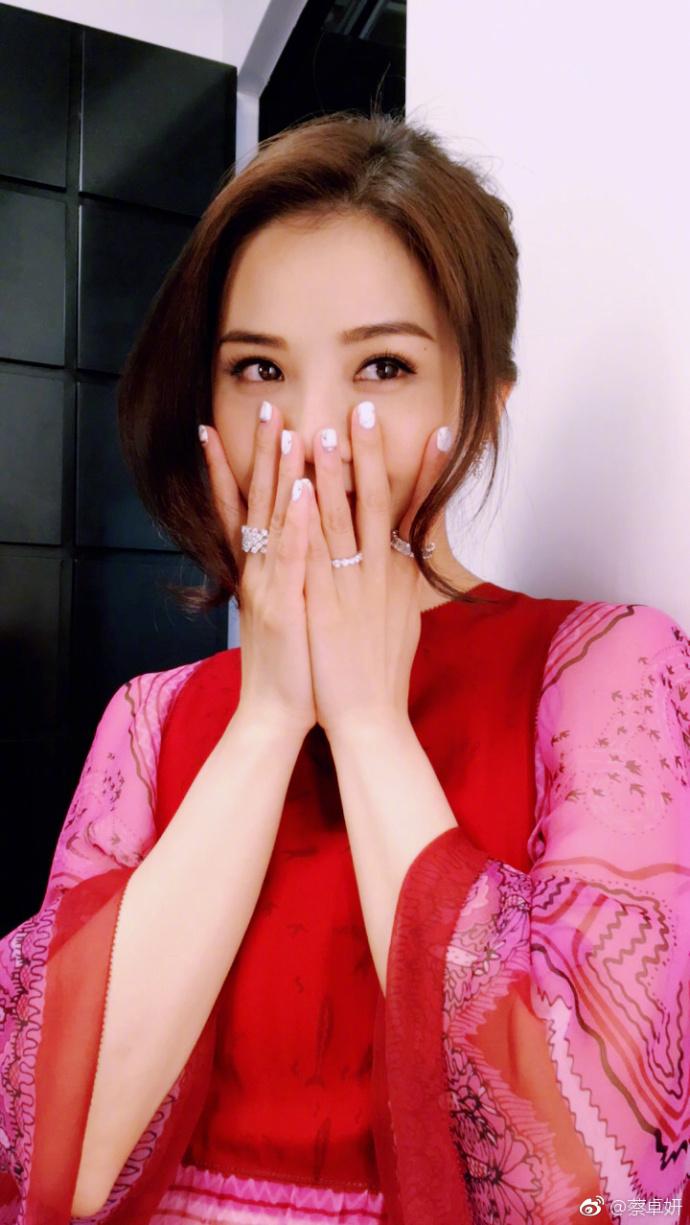 高清套图:阿Sa一袭红裙美艳动人,遮面娇羞惹人爱
