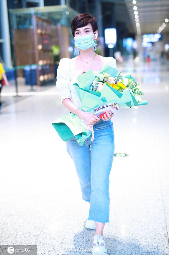 组图:卢靖姗梳时髦短发戴复古耳坠美丽动人 对镜甜笑比剪刀手