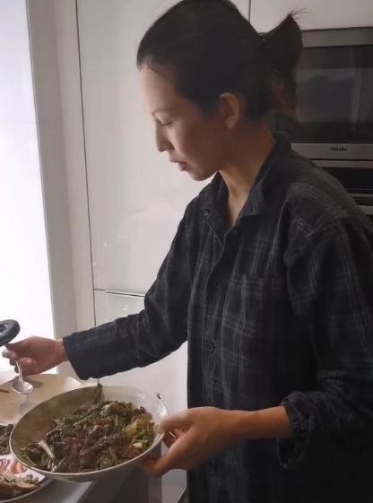 组图:蔡少芬宅家为张晋做美食 穿居家服素颜出镜显憔悴