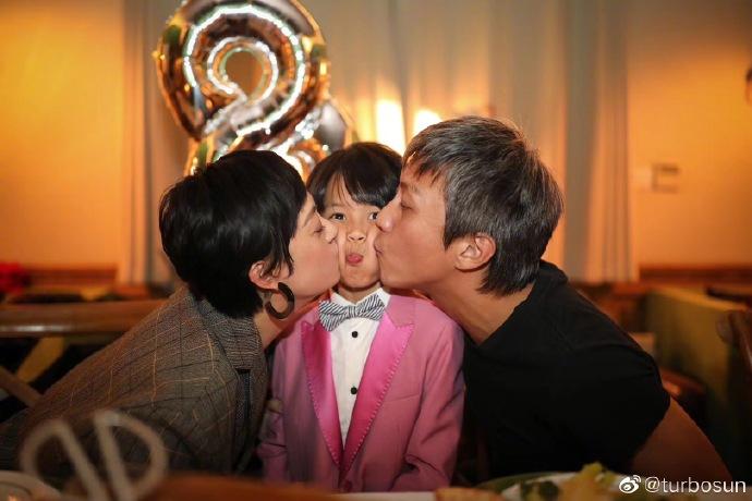 组图:邓超孙俪为儿子庆祝八岁生日 等等又被亲到脸变形
