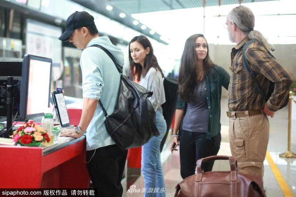 好事近?韩庚搬行李男友力max 卢靖姗与父亲妹妹甜笑陪同