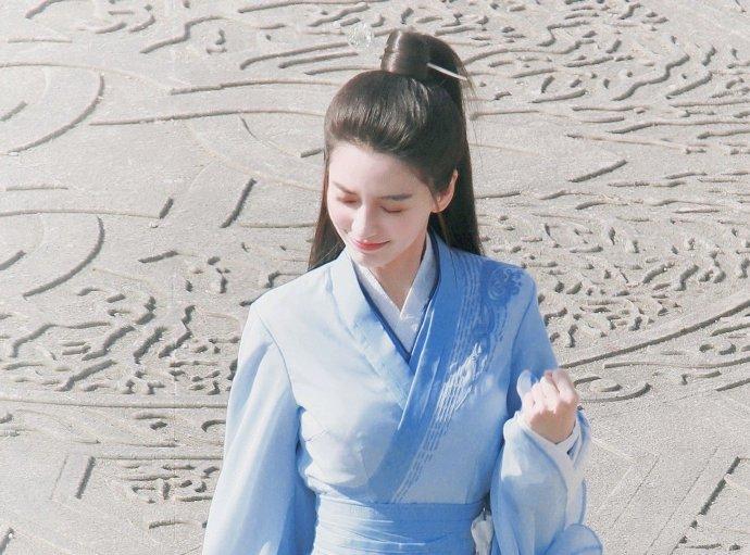 baby新剧路透社曝光蓝色裙子清新的笑容花朵般的心情