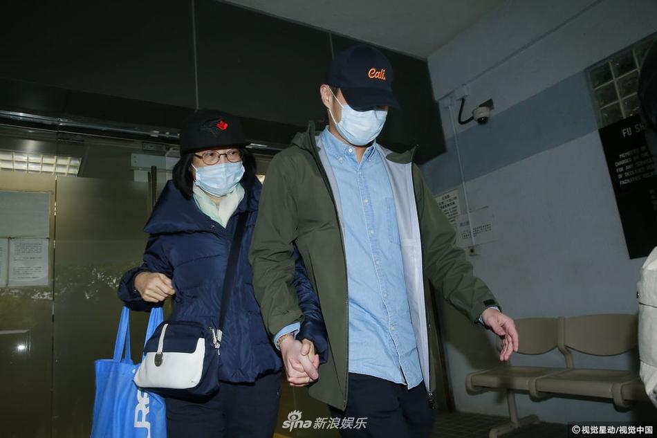 香港导演林岭东妻儿到殓房认尸 帽子口罩遮面牵手疾行