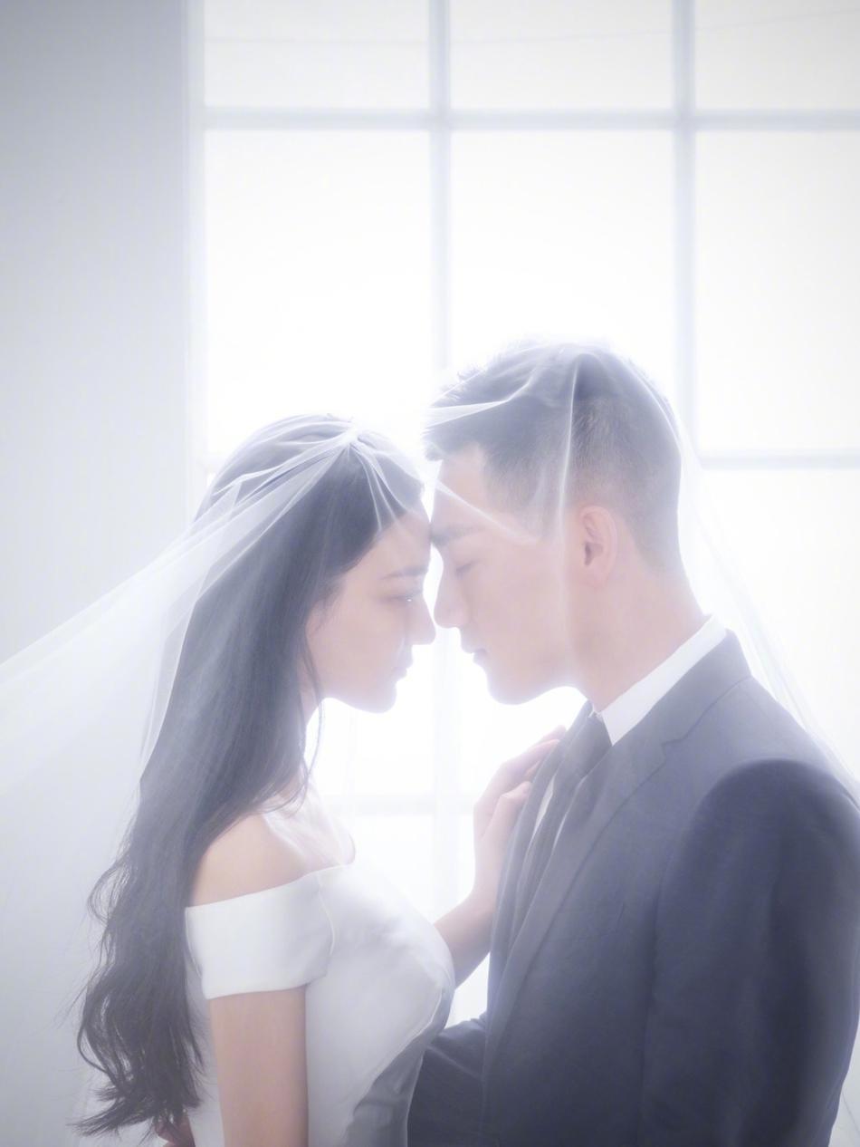 组图 31岁张馨予宣布结婚男方帅气 婚纱照结婚证钻戒全晒出